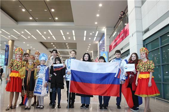 국제비즈니스어학부 노어전공 러시아 선수단 입국 환영 4.jpg