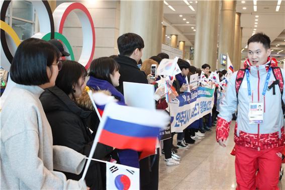 국제비즈니스어학부 노어전공 러시아 선수단 입국 환영 8.jpg
