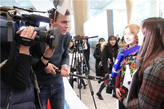 국제비즈니스어학부 노어전공 러시아 선수단 입국 환영 7.jpg