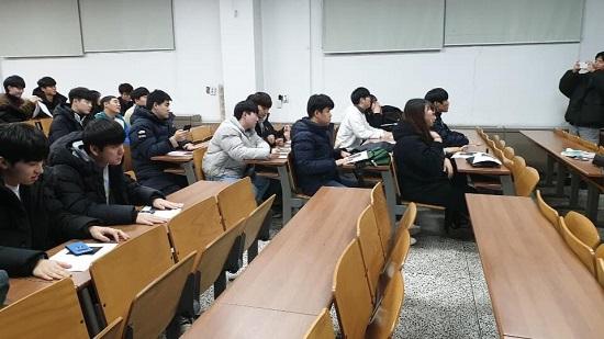 특강 강의 듣고 있는 공공인적자원학과 학우들.jpg