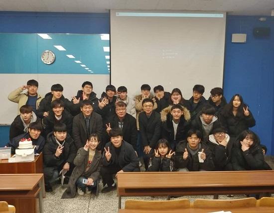 공공인적자원학과 교수진과 학생들이 자리를 함께 했다..jpg