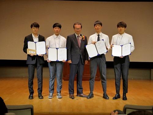 일본어 디베이트 대회 (4) 메인사진 서울대회 1위 수상 니시오카 공보문화원장과 학생들.jpg