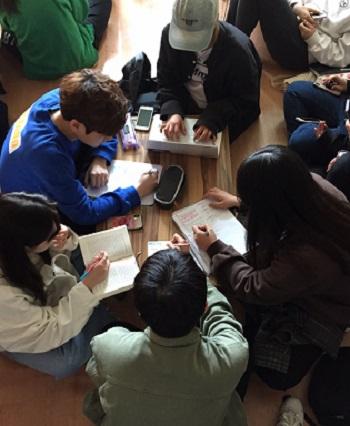 시험 전 마지막 튜터링 소모임을 하고 있는 문화콘텐츠학과 학생들.jpg